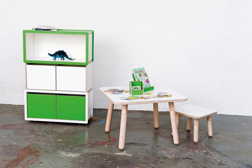 höhenverstellbarer Kinderschreibtisch mit grünem Kinderregal aus Holz von pure position