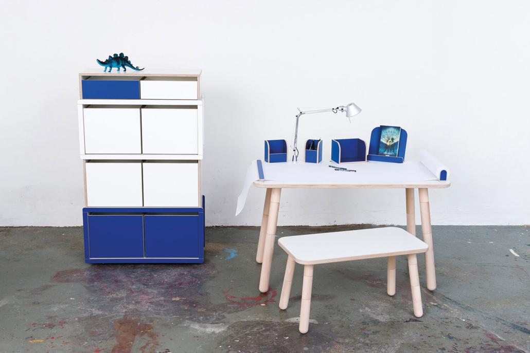 mitwachsender Kinderschreibtisch mit blauem Kinderregal aus Holz von pure position