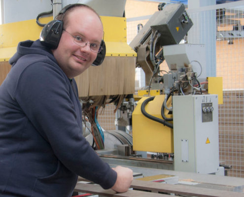 Mitarbeiter bei der Produktion von pure position Möbel in der Schreinerei