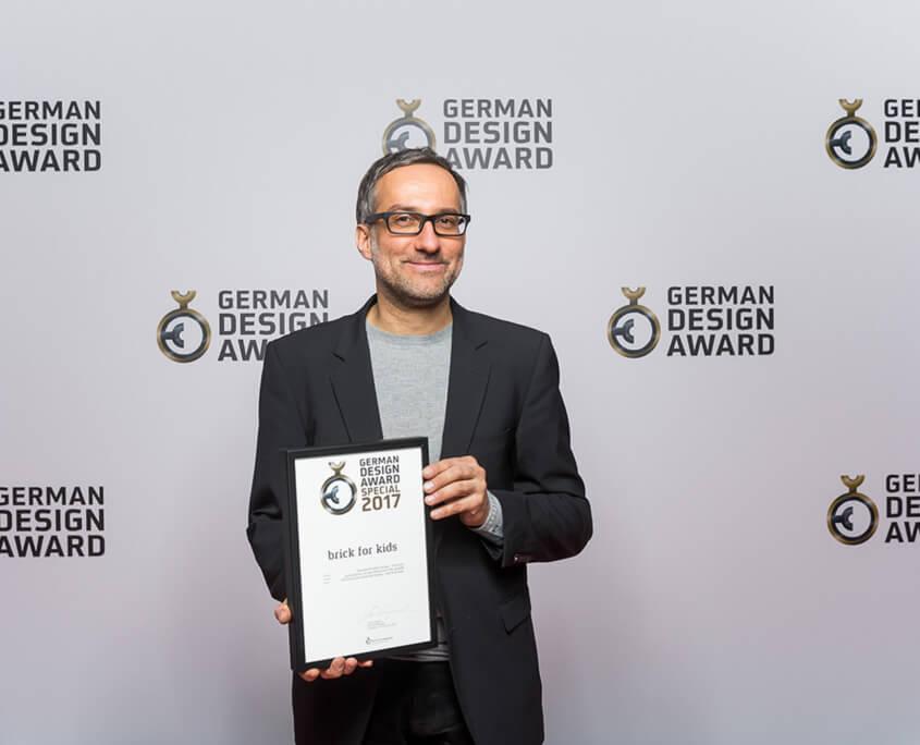 Designer Olaf Schroeder mit der german design award Urkunde im Jahr 2017 für pure position