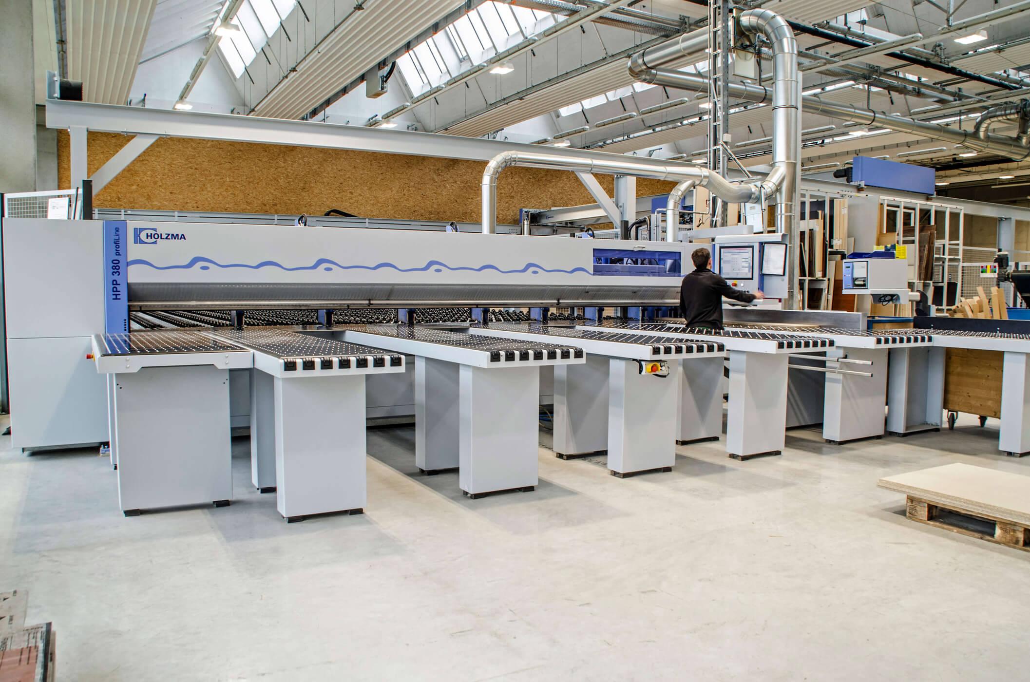 große Maschnen für die Produktion der Möbel von pure position