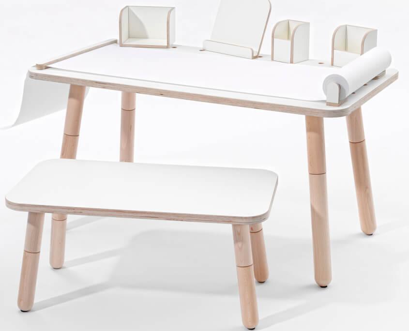 growing table Schreibtisch mit weiß lackierter Oberfläche und verschiedenen Tools