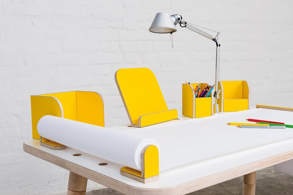 Kinderschreibtisch aus Holz mit gelbem Tischzubehör von pure position