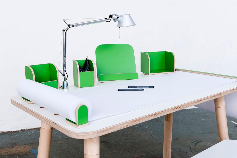 Kinderschreibtisch aus Holz mit grünem Tischzubehör von pure position