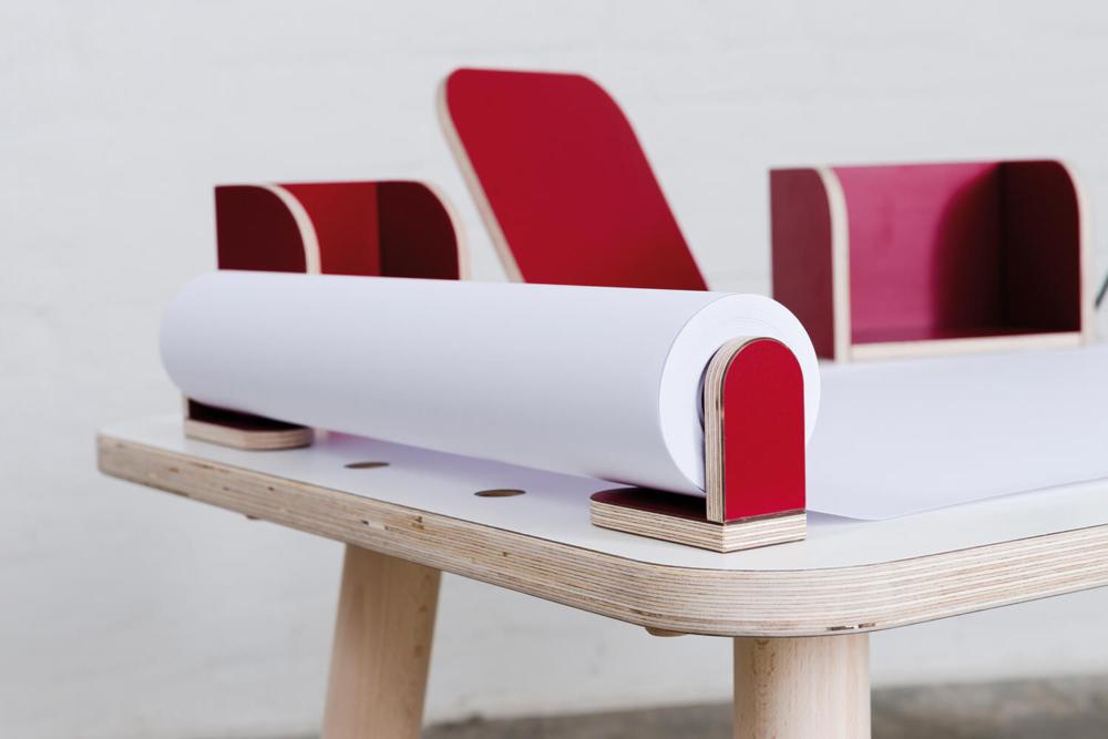 Detailbild Zeichenrolle mit roter Befestigung aus Holz von pure position