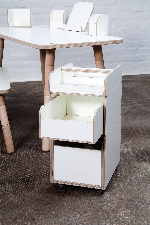 weißer Rollcontainer aus Holz mit 3 unterschiedlich großen Elementen, die leicht übereinander gestapelt werden können