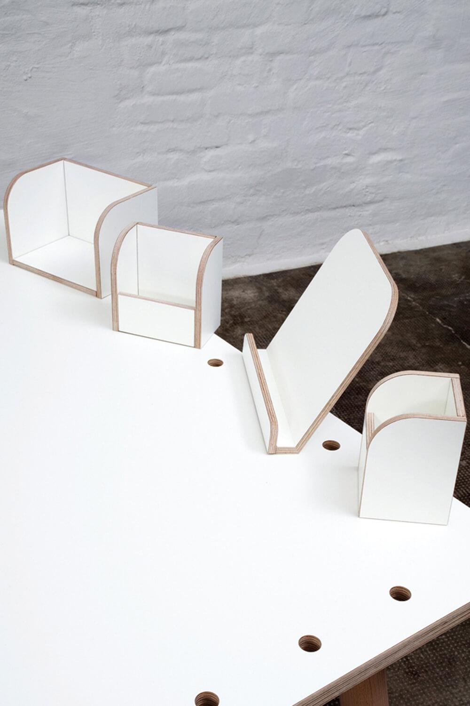 weißer Kinderschreibtisch mit weißem Tischzubehör aus Holz von pure position