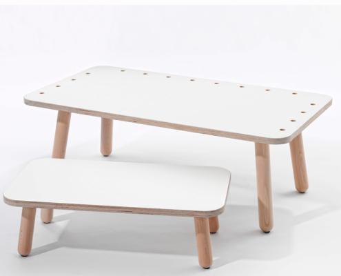 growing table Schreibtisch mit weiß lackierter Oberfläche und eine Hocker