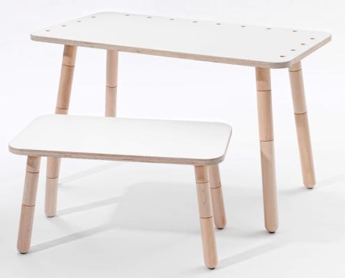 growing tabl Schreibtisch mit weiß lackierter Oberfläche und eine Hocker