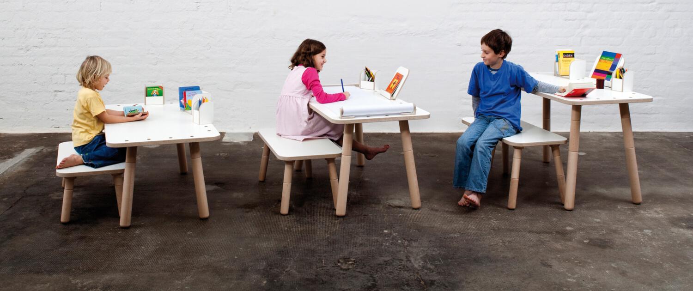Drei verschiedene Beispiele der Höhenverstellung beim growing table mit Kindern an den Schreibtischen