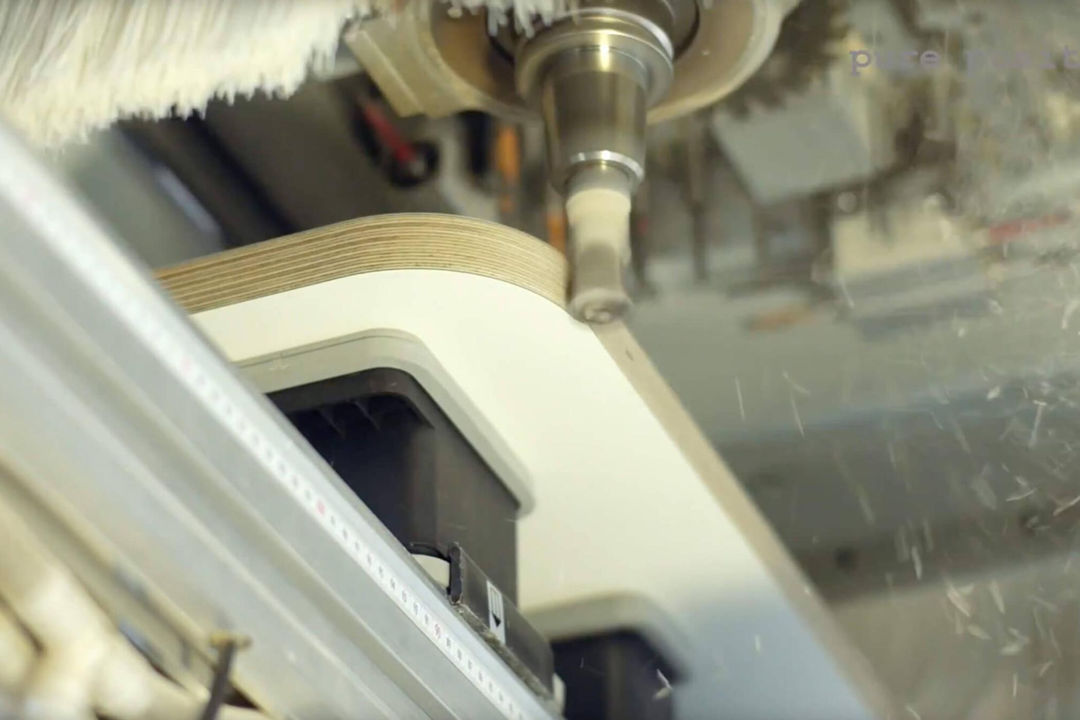 Nahaufname an eine Schleifmaschine die die Ecken einer Tischplatte schleift