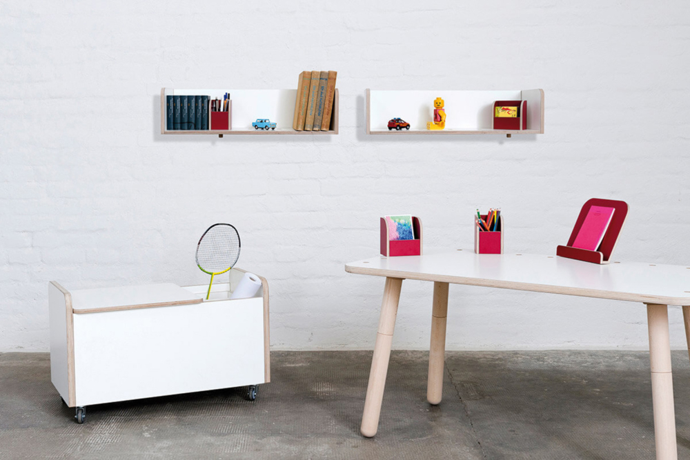 höhenverstellbarer Kinderschreibtisch, rollbare Spielzeugtruhe und Wandregale aus Holz von pure position