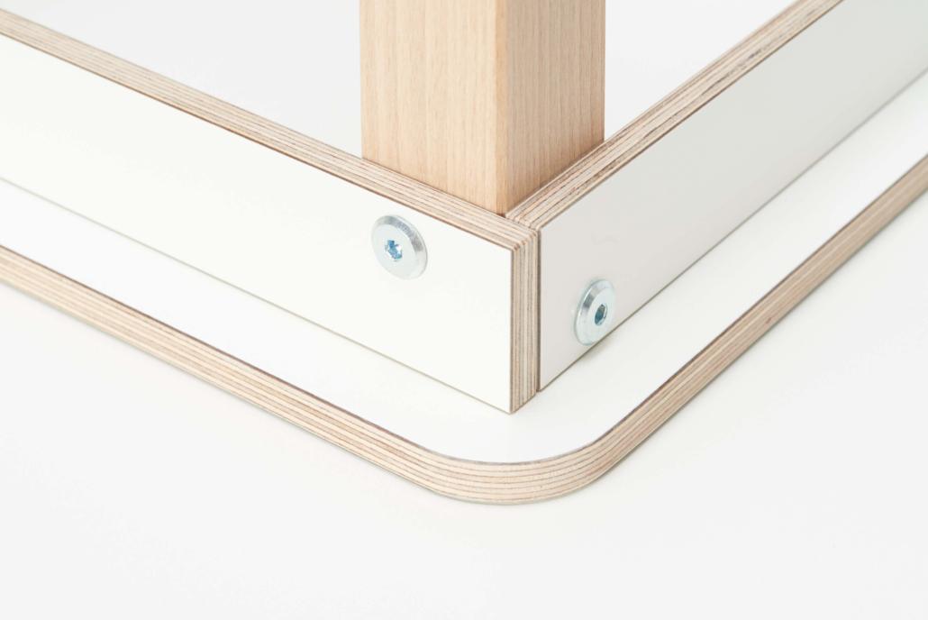 Umgedrehter Spieltisch mit Nahaufname auf die Platte mit dem Fuß als Veranschaulichung das der Fuß mit Schrauben befestigt wurde