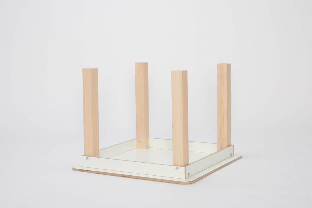 umgedrehter Spieltisch mit weiß lackierter Tischplatte
