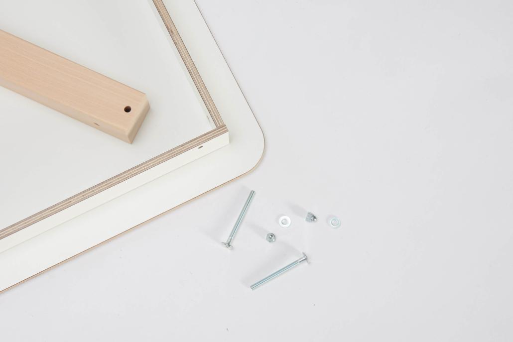zerlegter Spieltisch mit weiß lackierter Tischplatte und mit Schrauben