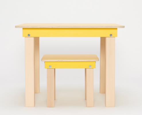 gelber Kinderspieltisch und Hocker aus Holz von pure position