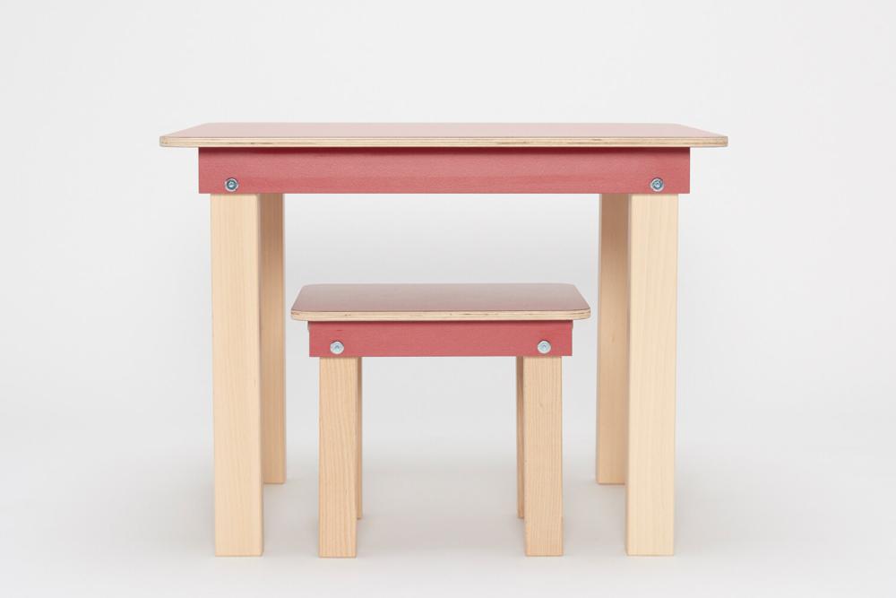 roter Kinderspieltisch und Hocker aus Holz von pure position