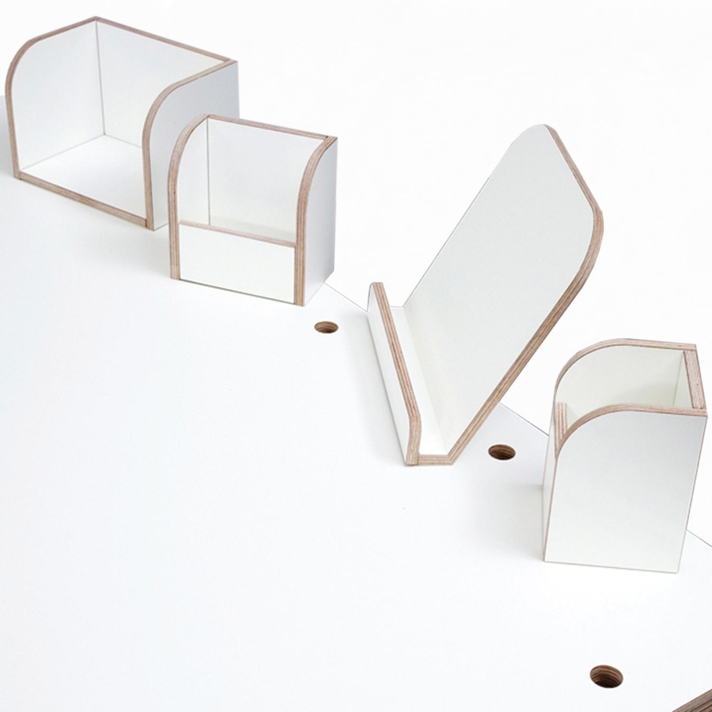 Ansicht auf die Fläche vom weiß lackierten growing table mit ebenfalls weiß lackierten Tools