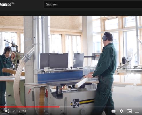 Screenshot vom Imagefilm der IWL in Youtube mit einem Ausschnitt bei der Schreinerei mit zwei Menschen mit Behinderung bei der Arbeit