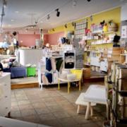 Bunte und große Inneneinrichtung vom Laden caspa mit Kindermöbel bis hin zu Kinderspielzeug und Kindermode
