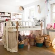 Auschnitt von einem hell beleuchteten dekorierten Kinderzimmer mit zwei Kinderbetten und vielseitigem Sortiment von Babykleidung bis zu Kinderspielzeug aus der Webseite vom engel und bengel