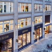 Außenansicht vom großen Laden Gärntermöbel in Hamburg mit großen beleuchteten Fensterfronten und edler Ladenbeschriftung an einer Seitensstraße