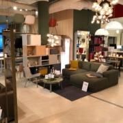 Inneneinrichtung vom Laden des Möbelhändlers Kanthaus mit vielseitiger Beleuchtung und modernen Möbeln als Ausstellungsstücken in Berlin