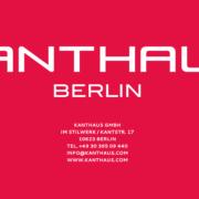 Rote Werbeanzeige vom Möbelhändler Kanthaus und weißer Schrift mit Firmenanschrift sowie Kontaktdaten des Möbelhändlers