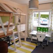 Ein langezogenes Bild mit drei verschieden eingerichtete Kinderzimmer und von den Möbeln vom Kindermöbelhändler Romy