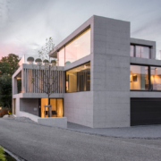 Modernes und minimalistisches Gebäude mit großen Fensterfronten und Steinwänden als Einrichtungsbeispiel vom Möbelhaus Seipp Wohnen