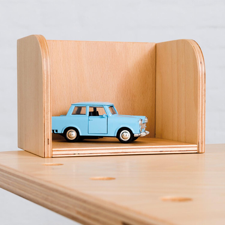 Nahaufname vom Tool Bücherboard an dem growing table und einem blauen Spielzeugauto