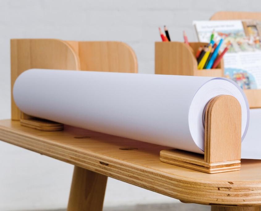 Nahaufname von der Papierrolle mit dem Papierrollenhalter am growing table