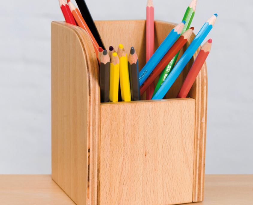 Nahaufname von der Stiftebox mit bunten Stiften als Beispiel am growing table