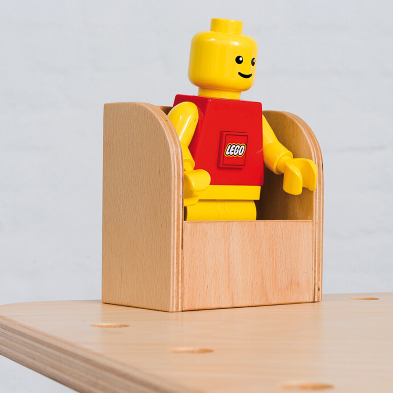 Nahaufname vom Tool Zettelbox an dem growing table mit einer großen Legofigur